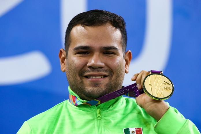 Il nuotatore paralimpico detiene la sua medaglia d'oro