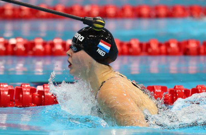 La testa di un nuotatore con problemi di vista viene cliccata durante una bracciata