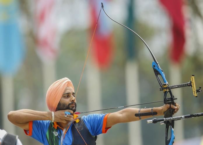 Ο Ινδός τοξότης τραβάει έτοιμος να πυροβολήσει το τόξο και το βέλος του