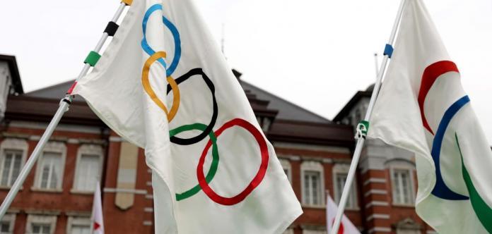 Η σημαία IOC παράλληλα με τη σημαία IPC