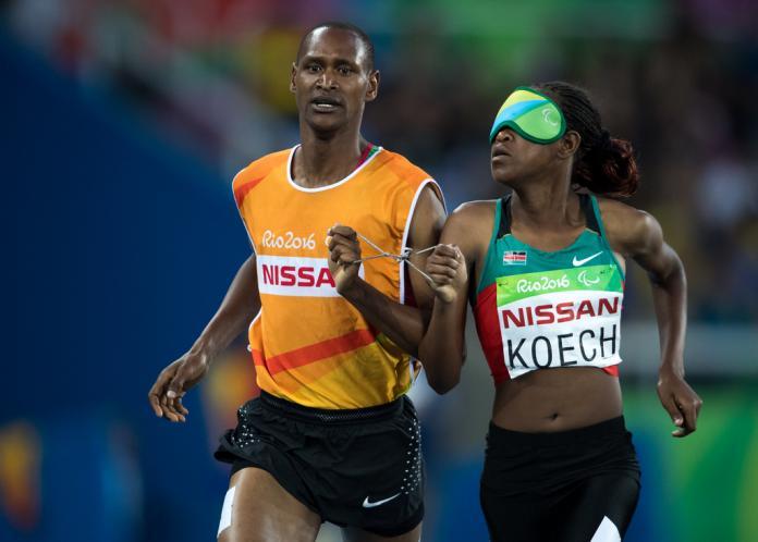 Athlète de piste kenyane et son guide de course
