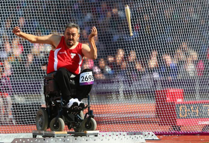 Athlète en fauteuil roulant lance le club