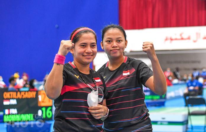 Twee Indonesische spelers poseren na de winst voor een foto