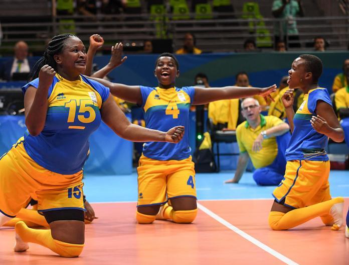 لاعبو الكرة الطائرة الجالسون في رواندا يحتفلون بنقطة