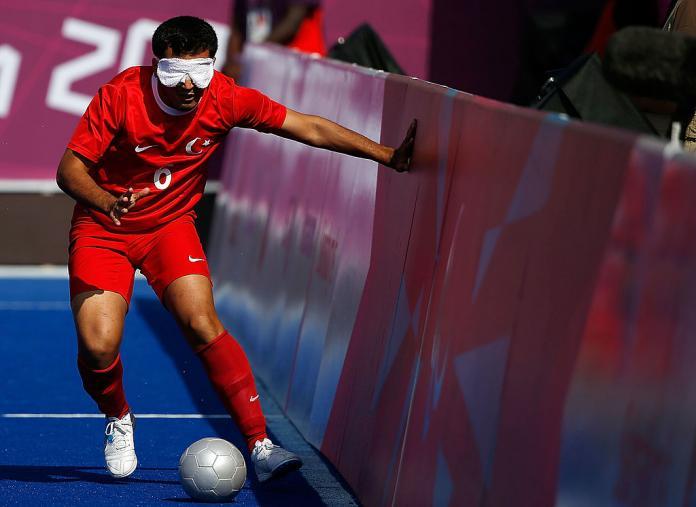 Jogador de futebol turco cego a tocar nos painéis laterais