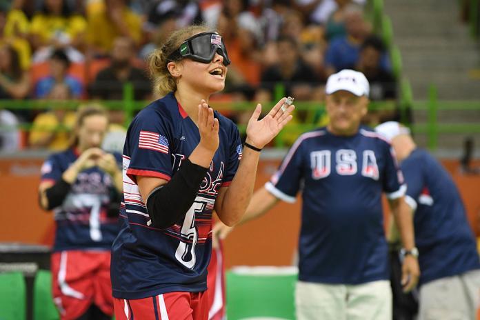 Femmel-Torfußballspieler klatscht in die Hände, um zu feiern