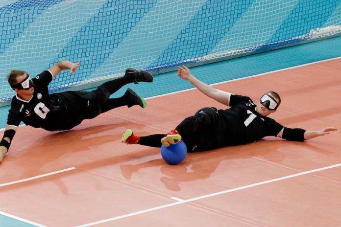 Zwei deutsche Torhüter tauchen ab, um zu verhindern, dass der Ball in ihr Tor eindringt