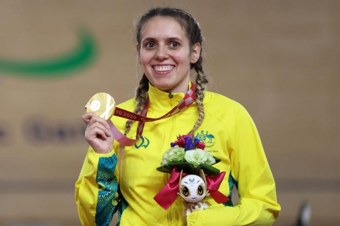 Austrālijas riteņbraucēji smaida ar zelta medaļu