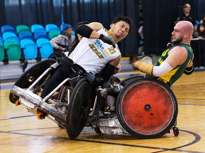 Δύο άντρες που παίζουν ράγκμπι συγκρούστηκαν σε αναπηρική καρέκλα.