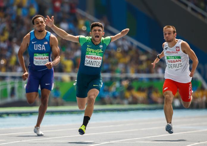 Petrucio Ferreira dos Santos BRA a remporté la médaille d'or au 100 mètres masculin.