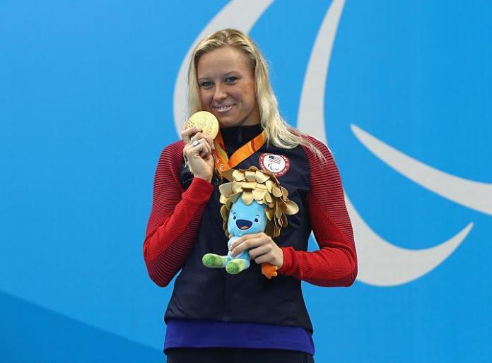 La medaglia d'oro americana Jessica Long festeggia sul podio alla cerimonia di premiazione dei 200 m misti individuali femminili - SM8 ai Giochi Paralimpici di Rio 2016.