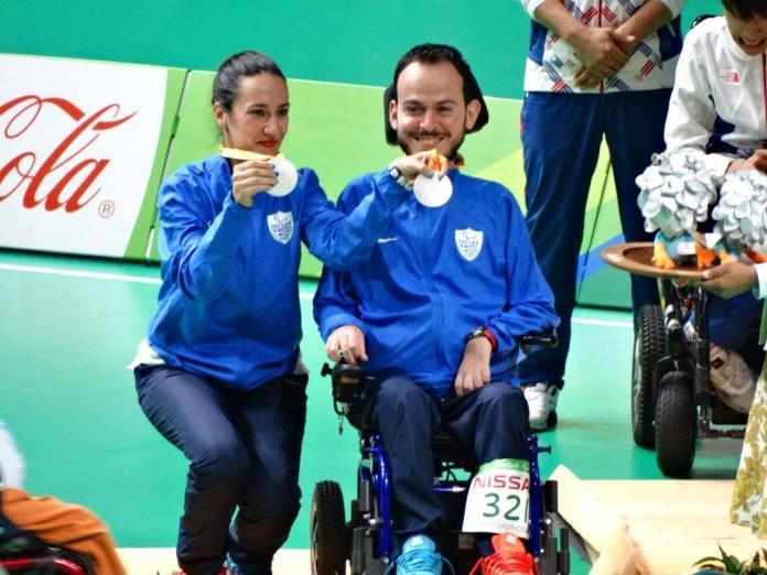 Μια γυναίκα και ένας άντρας σε αναπηρική καρέκλα κατέχουν τα παραολυμπιακά ασημένια μετάλλια