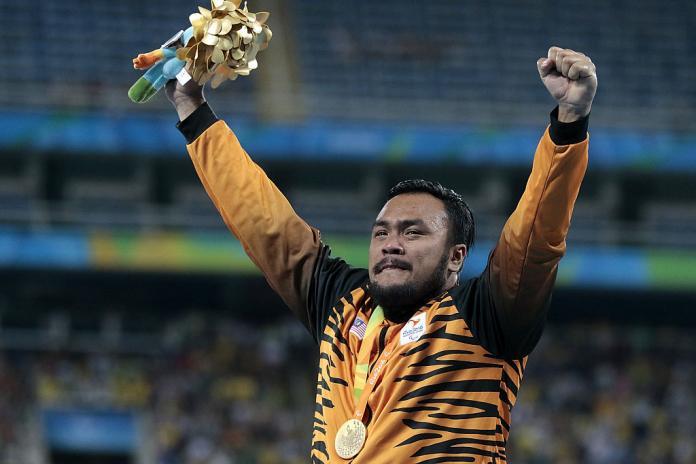 Le médaillé d'or Mohamed Ziyad Zakfali a célébré sur le podium lors de la cérémonie de remise des médailles du lancer du poids masculin F20 aux Jeux paralympiques de Rio 2016.