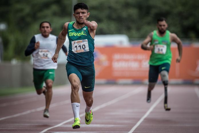 Tre idrettsutøvere løper på friidrettsbanen