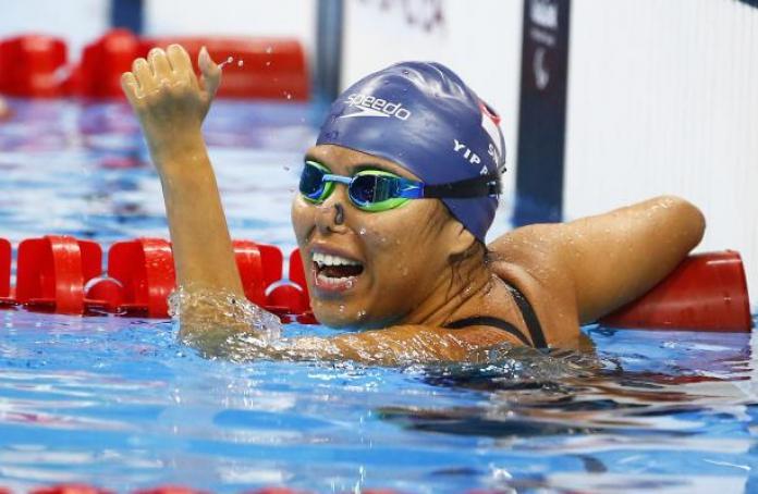 Il nuotatore paralimpico Yip Pin Xiu prende a pugni l'aria in piscina