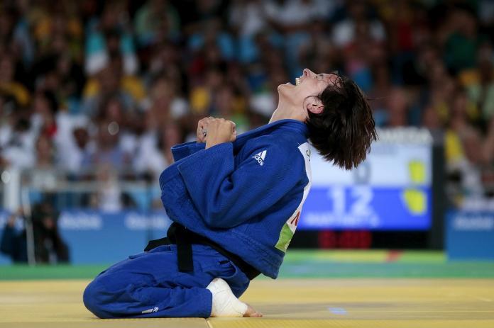 Kvinnelige judoka Sandrin Martinet rydder knyttneve etter å ha sunket på kne