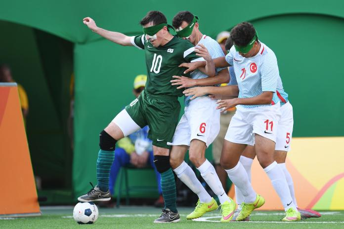Ο Ricardinho ελέγχει την μπάλα, ενώ δύο Τούρκοι παίκτες προσπαθούν να τον πάρουν