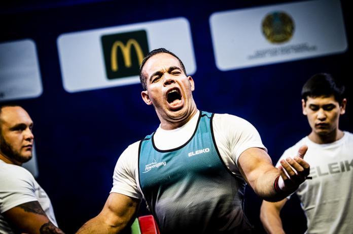 Ο Αιγύπτιος αρσιβαρίστας Sherif Othman φωνάζει αφού κέρδισε τον παγκόσμιο τίτλο στο Nur-Sultan