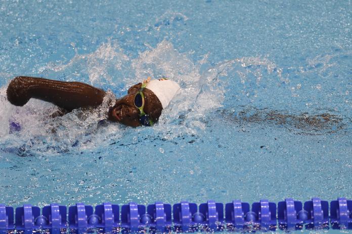 Nuotando nella piscina
