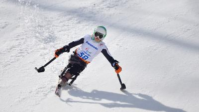 an para alpine skier skies down the slope