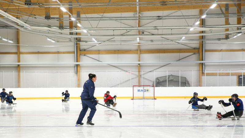 Para ice hockey coach and athletes practice in Sweden