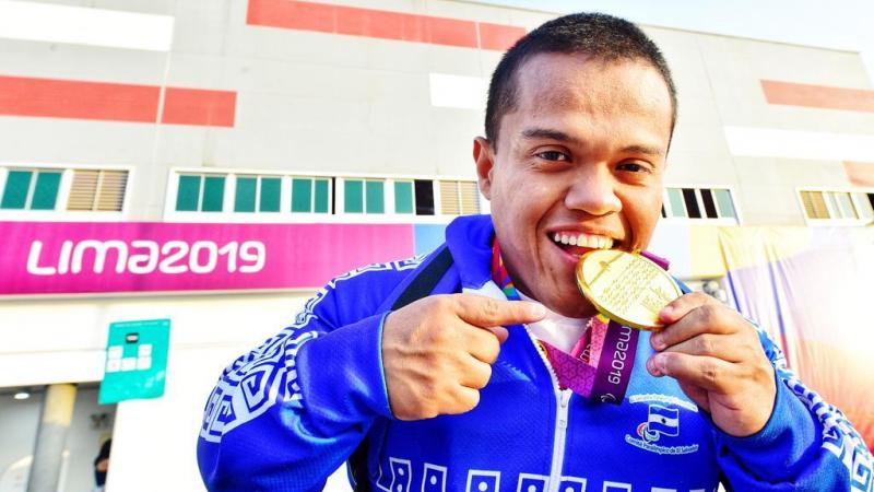 Salvadoran powerlifter Herbert Aceituno holds his gold medal at Lima 2019