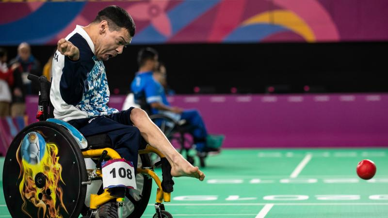 Argentinian boccia player throws the ball with his foot