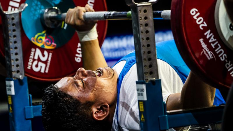 Powerlifter lifts the bar