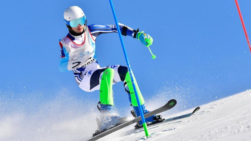 An armless male skier competing