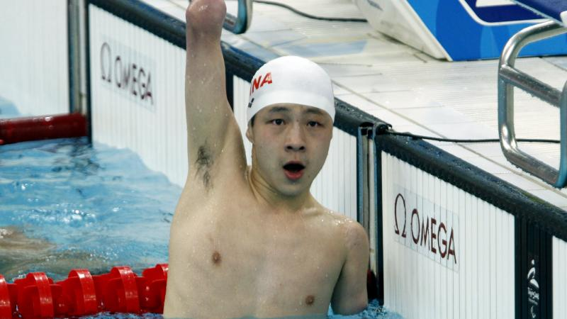 Qing Xu celebrating his win in the pool.