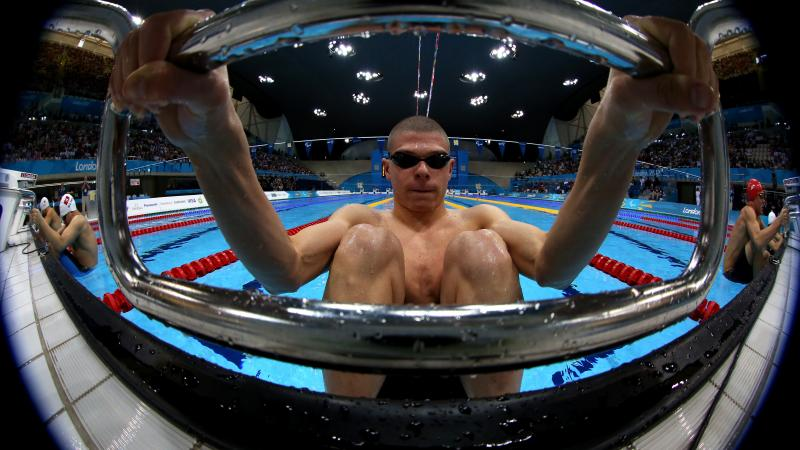 A picture of man ready for the start of his swimming race