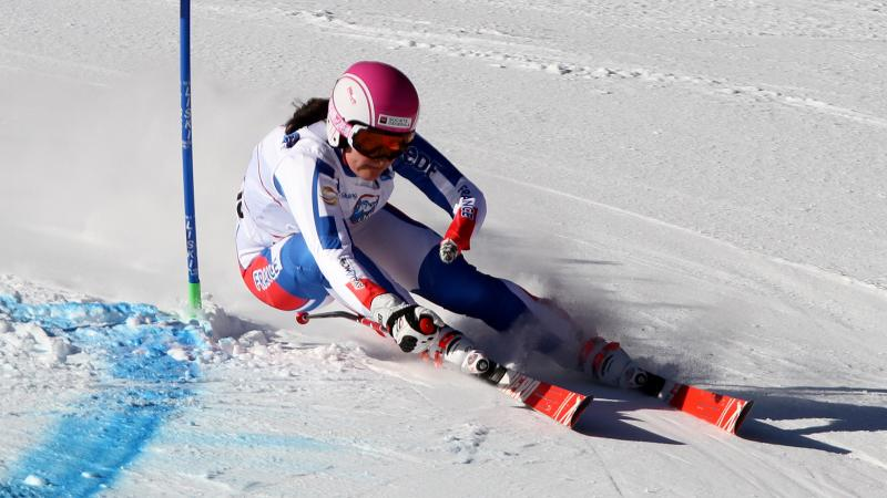 a female Para skier goes through a gate