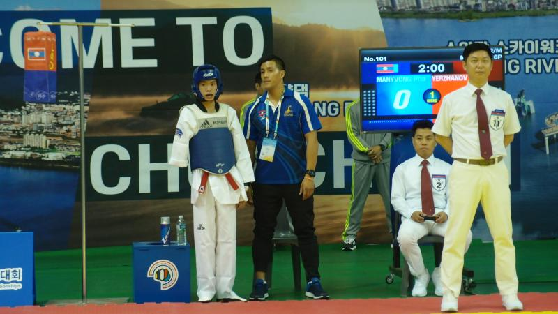 a para taekwondo fighter talks with his coach