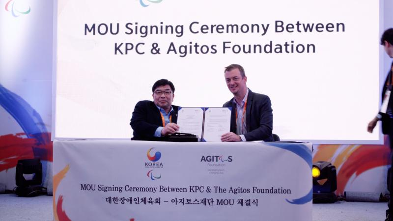 IPC President Andrew Parsons and KPC President Myungho sign Memorandum of Understanding at the Korea House
