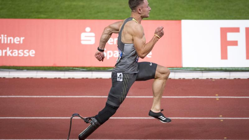 male Para sprinter Felix Streng running in a race