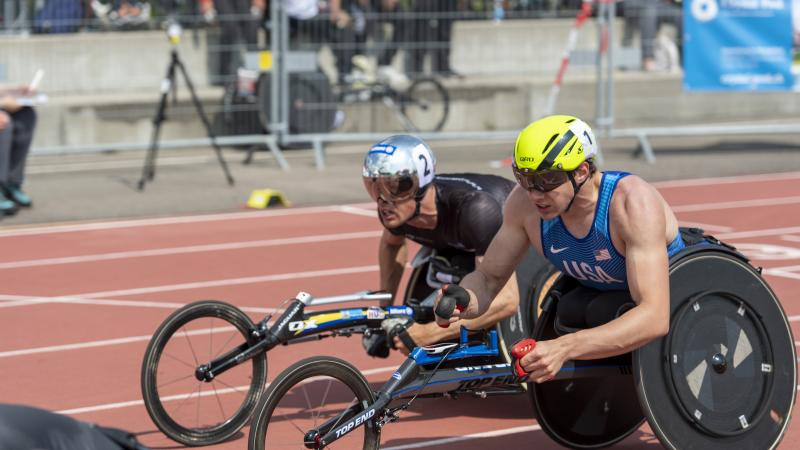 Daniel Romanchuk and Marcel Hug side by side on the track trying to be first