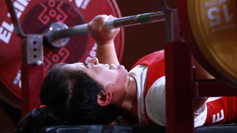 Turkish powerlifter Besra Duman lifting the bar