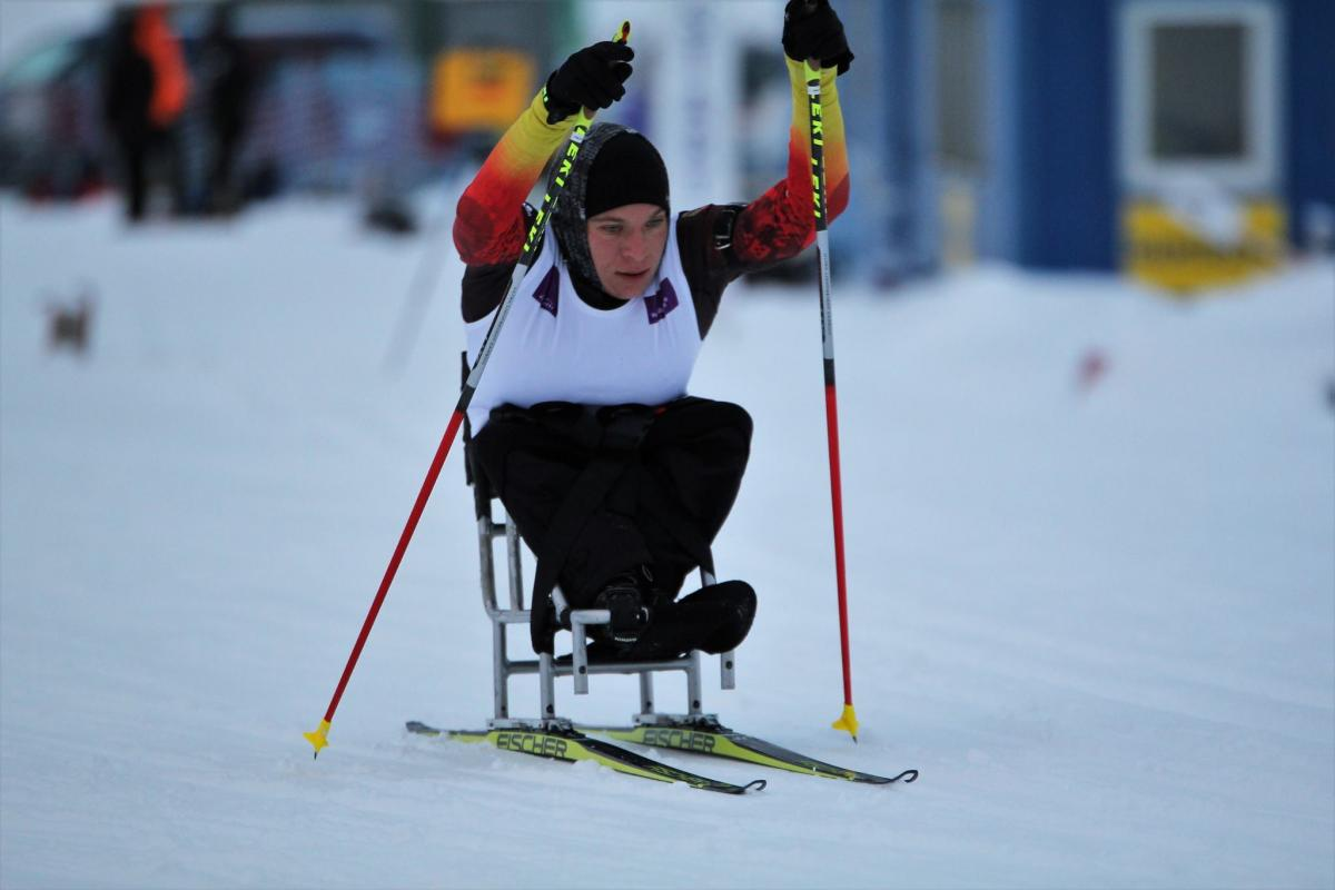 Woman with no legs in sit ski on a slope