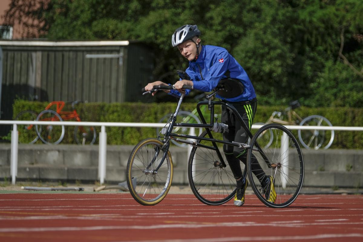 RaceRunning Para athlete Nikolaj Overgaard Christensen on the track