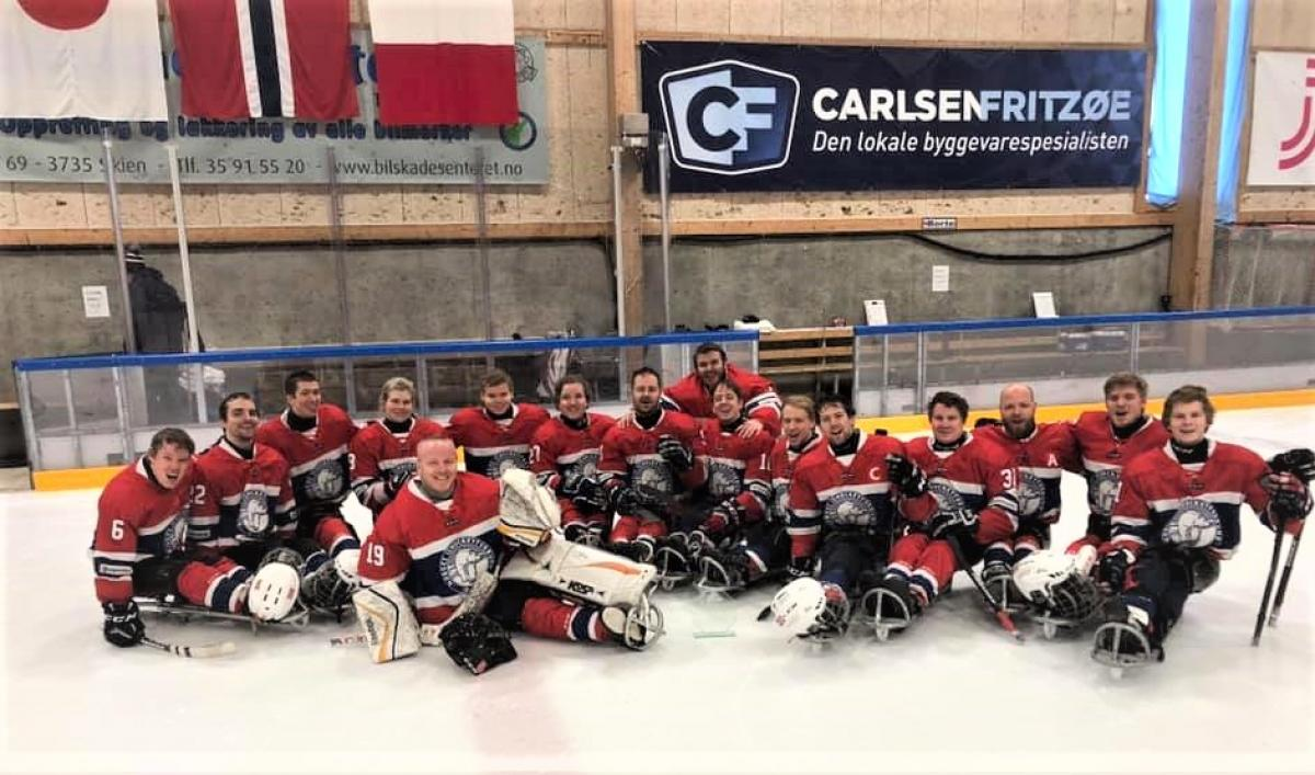Norwya's Para ice hockey team posing for picture on the ice rink