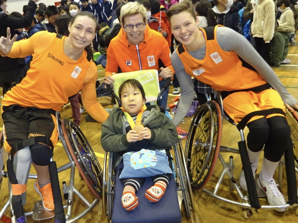 Three Dutch women pose in photo with Japanese kid